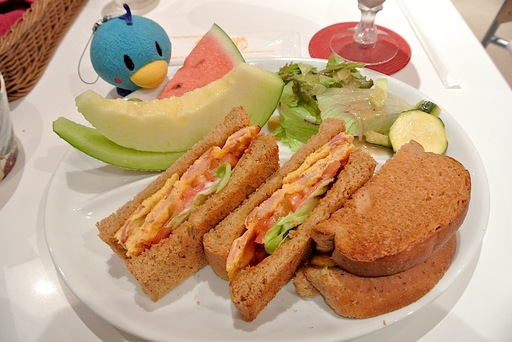 ライ麦パンのクラブハウスサンドイッチ