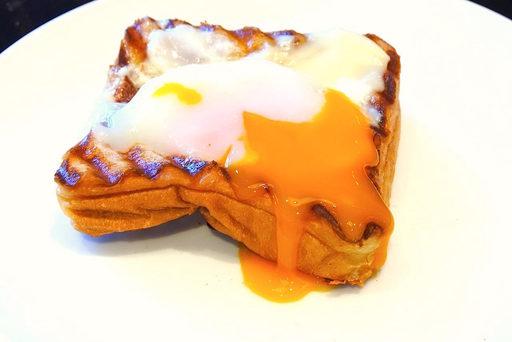 黄身がこぼれるエッグオントースト