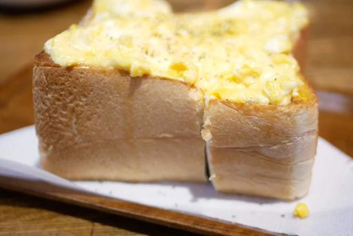 玉子トーストの厚み!